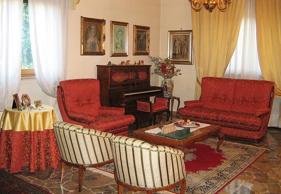 A BUSTO ARSIZIO (Varese) Tappezzeria Toma Ernesto. Bottega artigiana a conduzione familiare che dal 1981 esegue lavori di tappezzeria in stoffa.